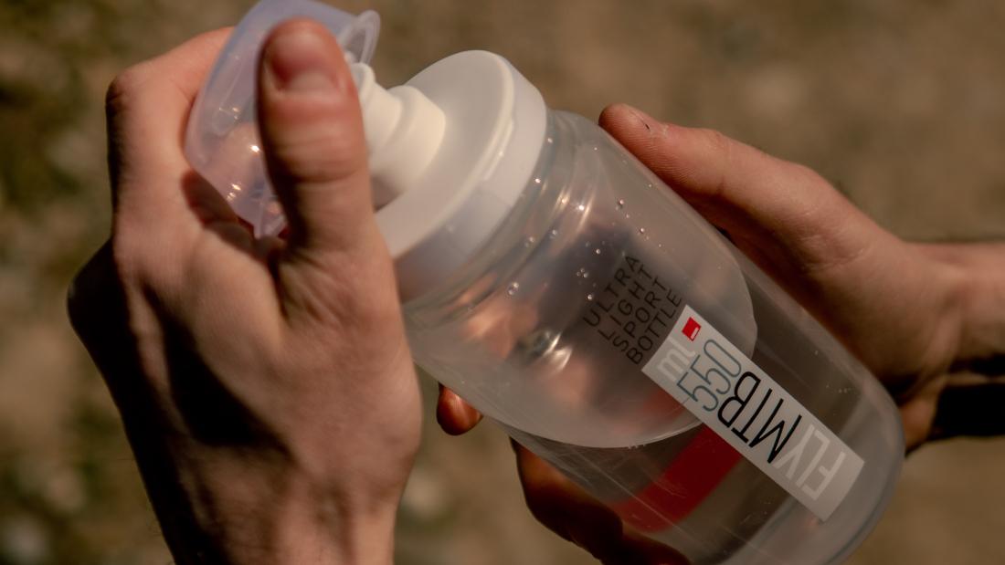 Die Wasserflaschen von Elite sind recyclebar, leicht und intuitiv in der Handhabung.