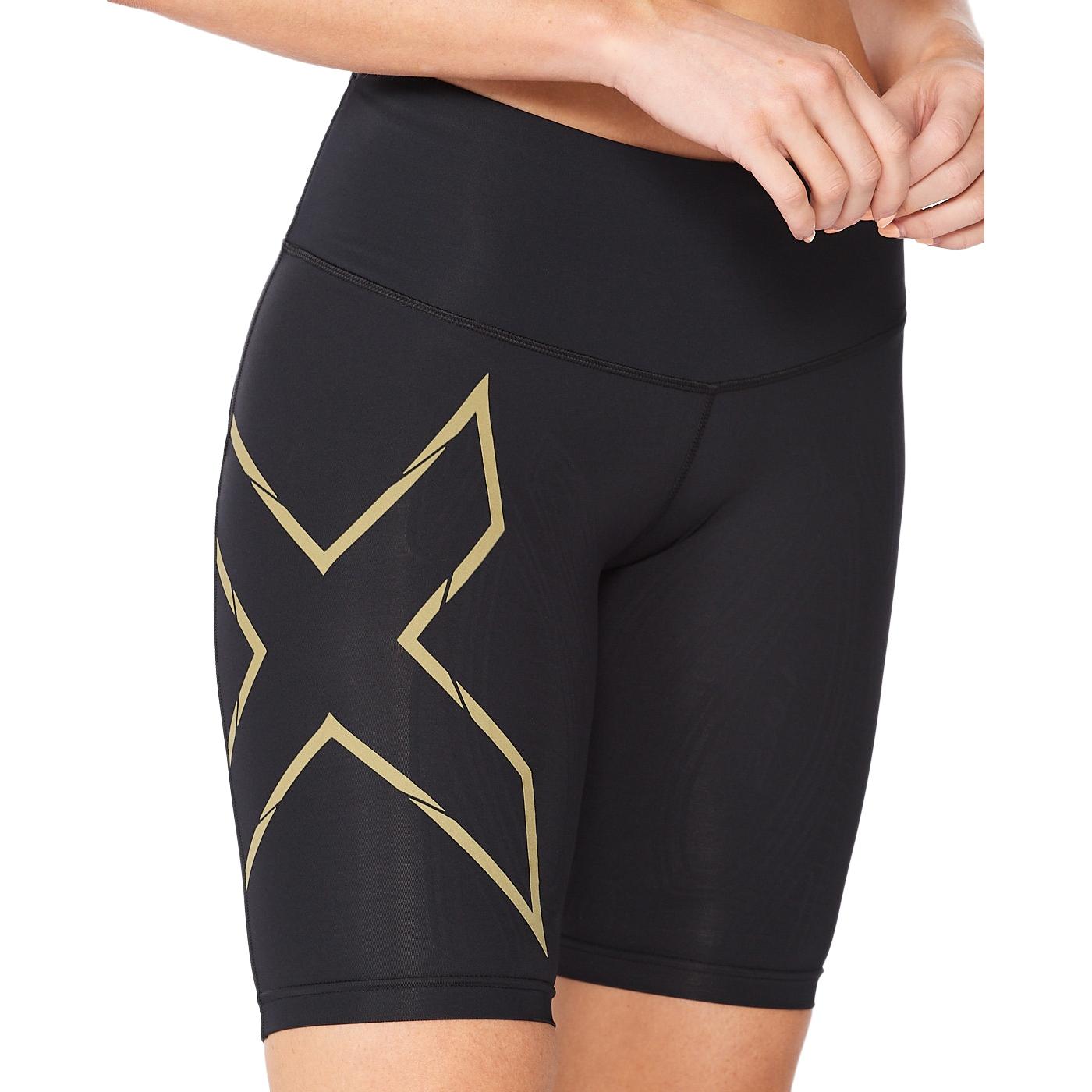 Imagen de 2XU Light Speed Mid-Rise Compression Pantalon corto para mujer - black/gold reflective