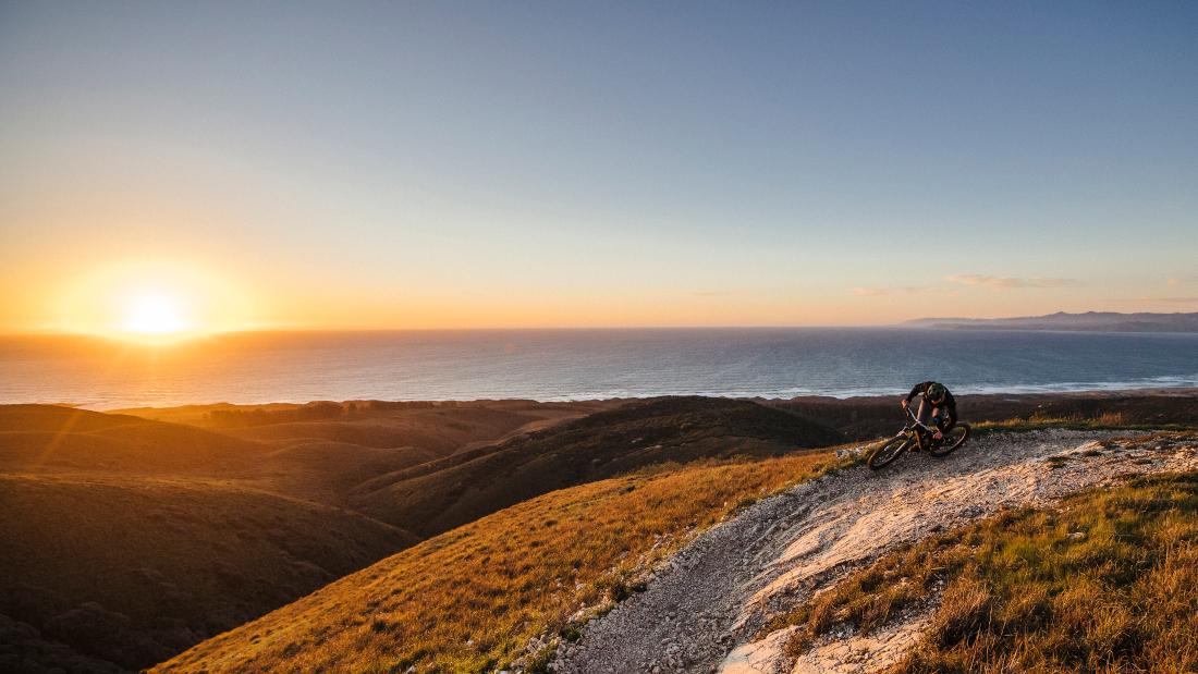 Muchos conocen RockShox como uno de los mayores y más importantes fabricantes de horquillas de suspensión, amortiguadores y accesorios, pero ¿sabía usted que todo comenzó en un pequeño garaje? Hace más de 25 años, Paul Turner, el fundador de RockShox, comenzó a revolucionar el ciclismo de montaña desarrollando la primera horquilla de suspensión de serie y, más tarde, presentando la primera BTT totalmente suspendida (Fully) en la feria Long Beach USA Trade and Industry Show. La ligera horquilla RS-1 ofrecía un recorrido de 50 mm, suspensión neumática y amortiguación de aceite. Sólo un año después, con el apoyo del primer campeón mundial de descenso, el piloto de pruebas de RockShox y más tarde el portavoz de la compañía Greg Herbold y Dia-Compe, comenzó la producción en serie del RS-1. ¡Se convirtió en un éxito de un millón de dólares! Esta horquilla ya salió de la línea de producción en 1990 con el mismo logotipo que los conductores conocen y adoran hoy en día. Fabricantes de renombre como Specialized empezaron a equipar bicicletas completas como la Stumpjumper con horquillas de suspensión RockShox. Otros fabricantes de componentes de suspensión para BTT estaban aún en sus inicios y RockShox ya presentó otro hito al público: la Judy con un recorrido de hasta 80 mm. Se polarizó y, al mismo tiempo, dio un rostro a la escena de la MTB, dándole libertad y expresión.